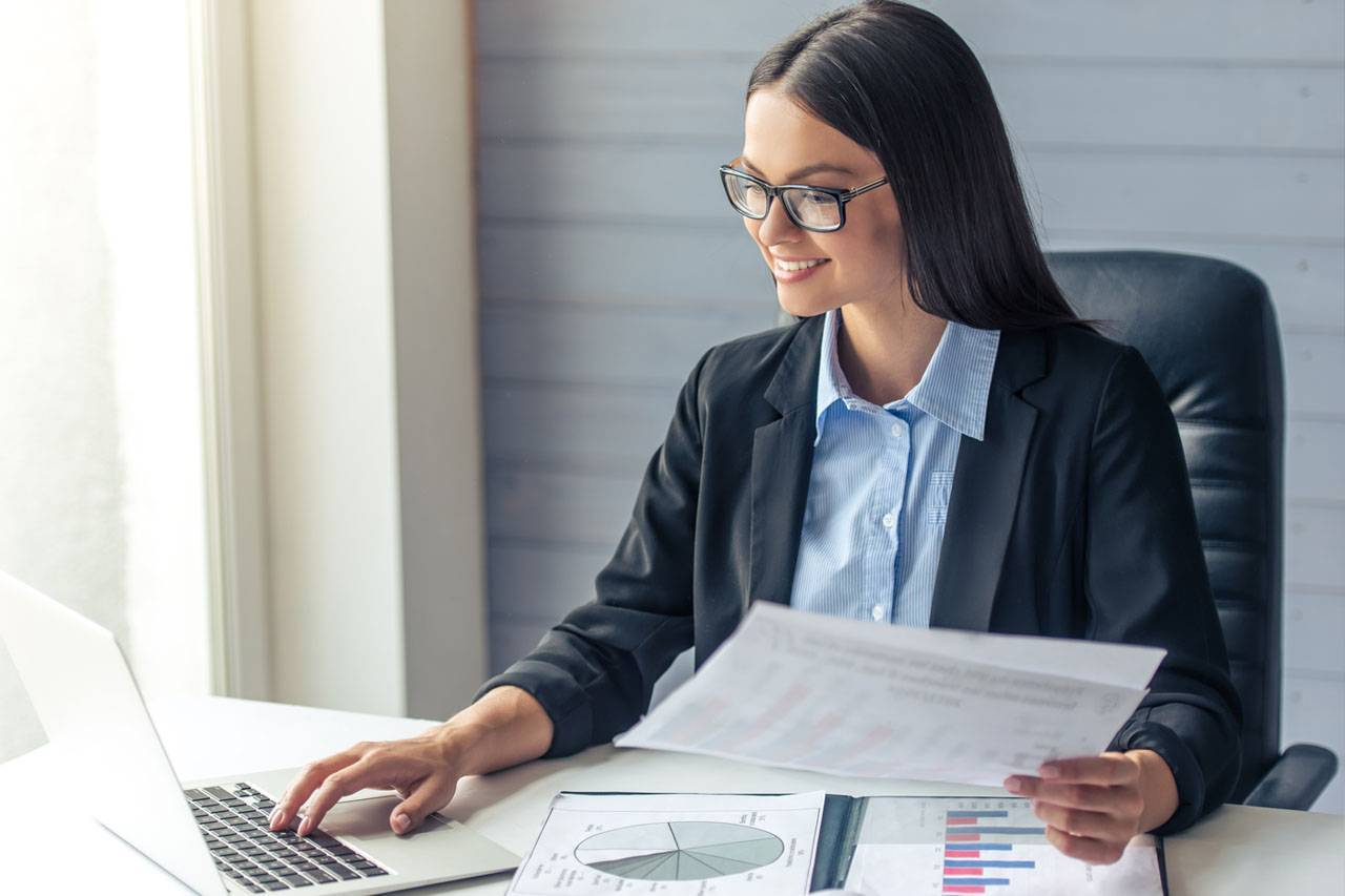 Business-Woman-wearing-glasses-1280x853